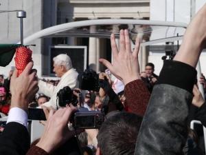 Hälse, Hände und Fotoapperarte recken sich nach oben, um noch einmal einen Blick auf Benedikt XVI. zu erhaschen.